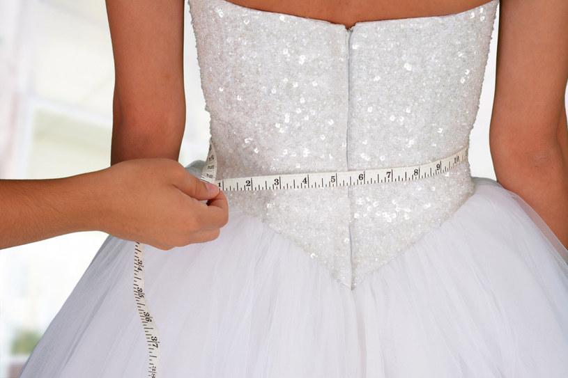Trzy miesiące przed ślubem to czas ewentualnych poprawek przy sukni ślubnej /123RF/PICSEL