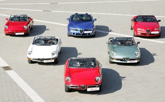 Trzy pokolenia Alfy Spider: cztery serie pierwszej generacji (przód i lewa strona), druga generacja (z tyłu, z prawej) oraz trzecia (tył, pośrodku). /Alfa Romeo