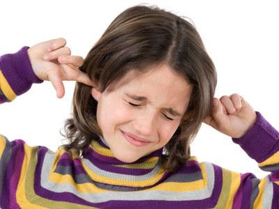 Trzymając się kilku zasad zmniejszysz ryzyko uszkodzenia słuchu u swojego dziecka  /© Panthermedia