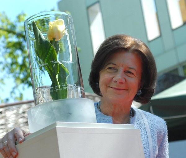 Maria Kaczyńska z tulipanem nazwanym jej imieniem