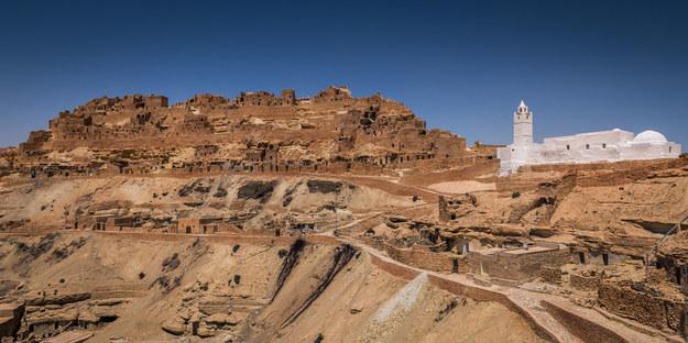 Tunezyjska wieś o nazwie Chenini niedaleko Tunisu powstała na pustyni /123/RF PICSEL