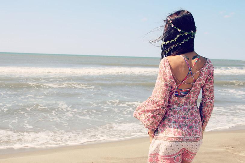Tuniki plażowe wykorzystują hafty, pasmanterie albo batikową technikę farbowania tkaniny /©123RF/PICSEL