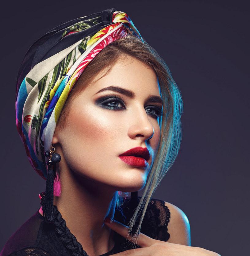 Turban doskonale sprawdzi się jako alternatywa dla kapelusza /123RF/PICSEL
