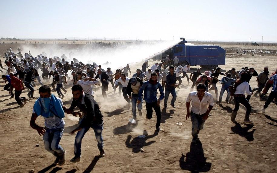 Turecka policja rozpędza Kurdów, którzy chcieli walczyć z Państwem Islamskim /ULAS YUNUS TOSUN /PAP/EPA