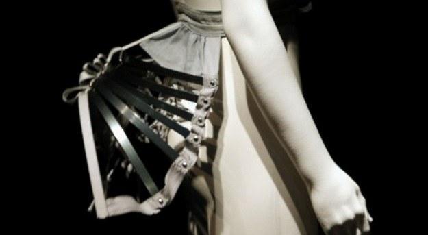 Turniura noszona pod suknią /AFP