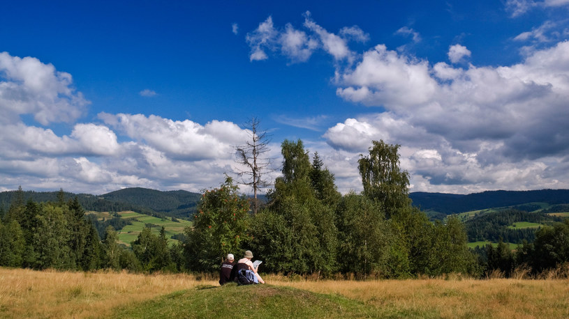 Turyści odpoczywający na szczycie Krzywonia /Radek Jaworski /Agencja FORUM