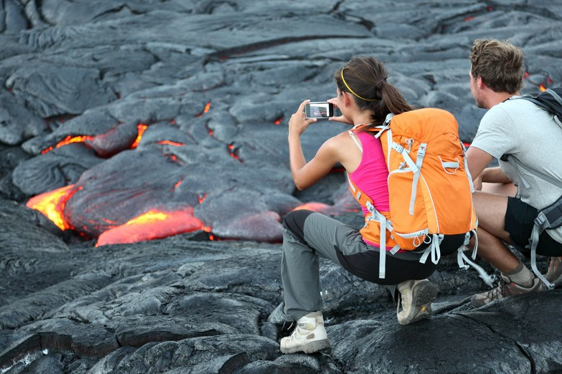 Turystki robią zdjęcia lawy /123RF/PICSEL