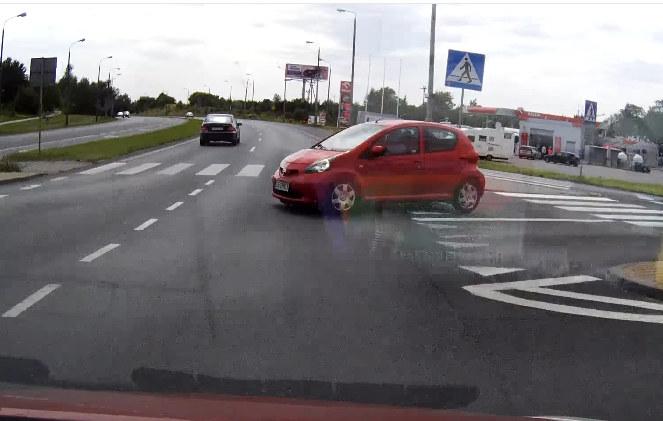 Tutaj kierowca jadący drogą z pierwszeństwem rozpoczyna hamowanie /