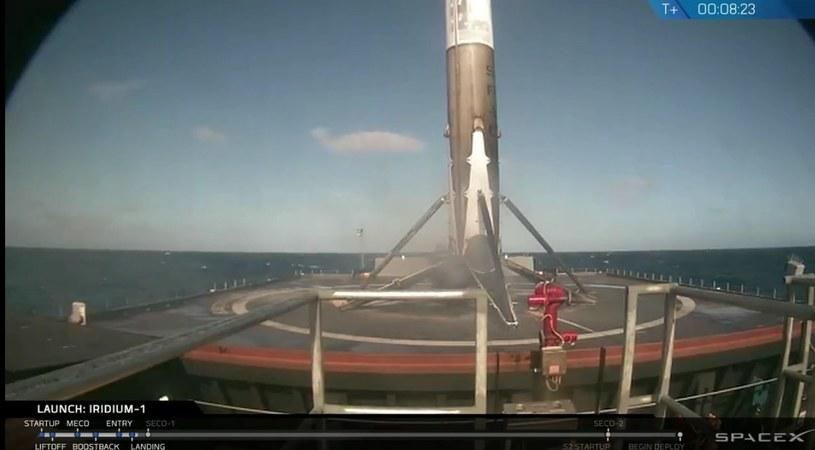Tuż po lądowaniu - pierwszy stopień Falcon 9R na platformie morskiej - 14.01.2017 /materiały prasowe
