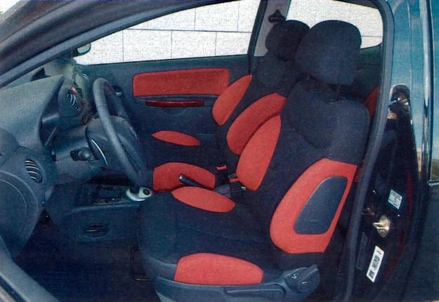 Twarde fotele dobrze podtrzymują ciało kierowcy i pasażera podczas pokonywania zakrętów. /Motor