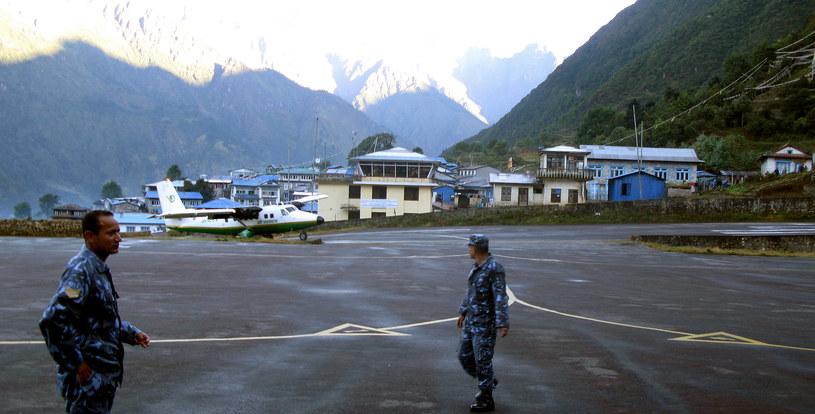 Twin Otter na lotnisku Lukla (Nepal) - taki samolot zniknął z radarów /AFP