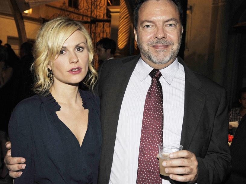 Twórca serialu Allan Ball oraz jego gwiazda Anna Paquin podczas premiery drugiego sezonu. /Kevin Winter /Getty Images/Flash Press Media