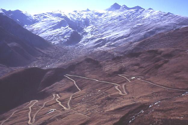 Tybet – droga do klasztoru  w tle Himalaje. Fot. Yasunori Koide /