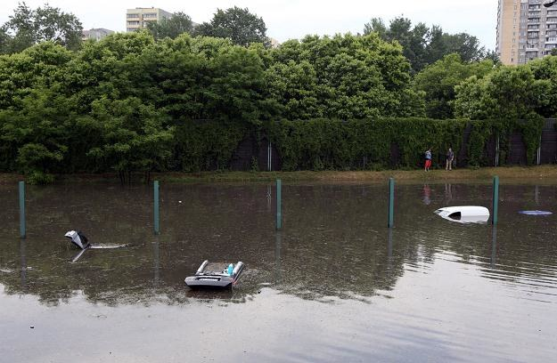 Tych samochodów zalanych na trasie AK uratować się nie da /PAP