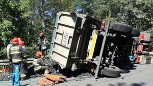 Tychy: Ciężarówka przygniotła osobówkę. Zginęła jedna osoba