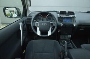 Tyle oferuje wersja podstawowa: tempomat, nawigacja, klimatyzacja automatyczna (dwustrefowa), czy radio sterowane z kierownicy. Jakość na piątkę, intuicyjność obsługi – na czwórkę z plusem. /Motor