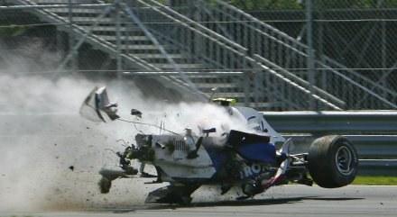 Tyle zostało z Bolidu Roberta Kubicy po wypadku podczas GP Kanady /AFP