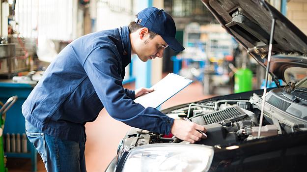 Tylko nieliczne serwisy mają wykupione OC, które chroni w przypadku uszkodzenia auta klienta. /Motor