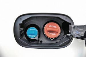 Tylko płyn AdBlue można uzupełniać samemu. Auta z SCR mają łatwo dostępny wlew. /Motor