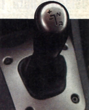 Tylko przy użyciu drążka zmiany biegów można włączyć bieg wsteczny. Towarzyszy temu irytujący sygnał dźwiękowy. /Motor