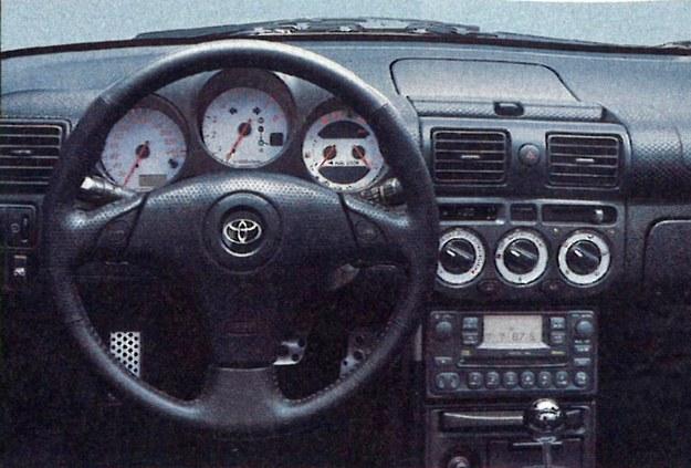 Tylko to, co niezbędne. W czasie jazdy kierowca i tak nie będzie miał czasu na rozglądanie się po wnętrzu. /Motor