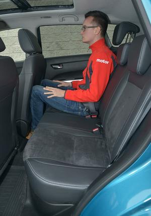 Tylna kanapa jest szeroka (136 cm) i ma długie siedzisko, ale ilość miejsca na kolana – przeciętna. /Motor