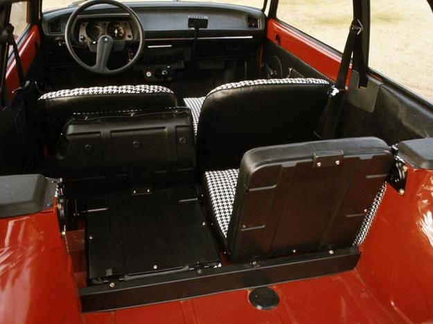 Tylne siedzenia są dzielone i pozwalają na powiększenie przestrzeni ładunkowej. /Citroen