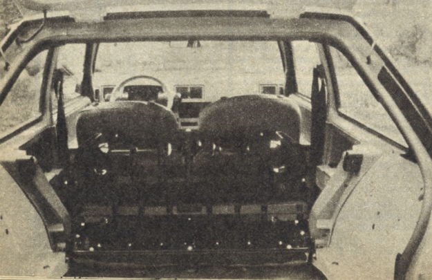 Tylne siedzenie składa się jak w każdym nowoczesnym samochodzie tej klasy. Pokrywa komory bagażowej sięga aż do samej podłogi, co po części również tłumaczy fakt, iż masa samochodu Oltcit jest dość wysoka. Przecież nadwozie z tak dużym otworem trzeba odpowiednio usztywnić. /Motor