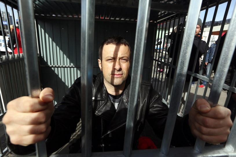 Tymon Tymański w klatce podczas happeningu w centrum Warszawy /Tomasz Gzell /PAP