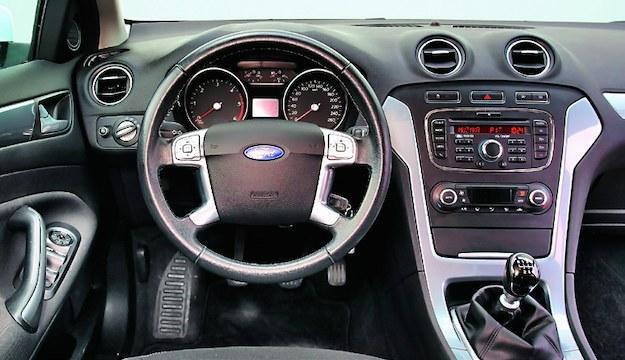 Typowe Mondeo w słabszej wersji silnikowej ma dwa okrągłe wskaźniki. Lepsze odmiany – duży wyświetlacz. /Motor