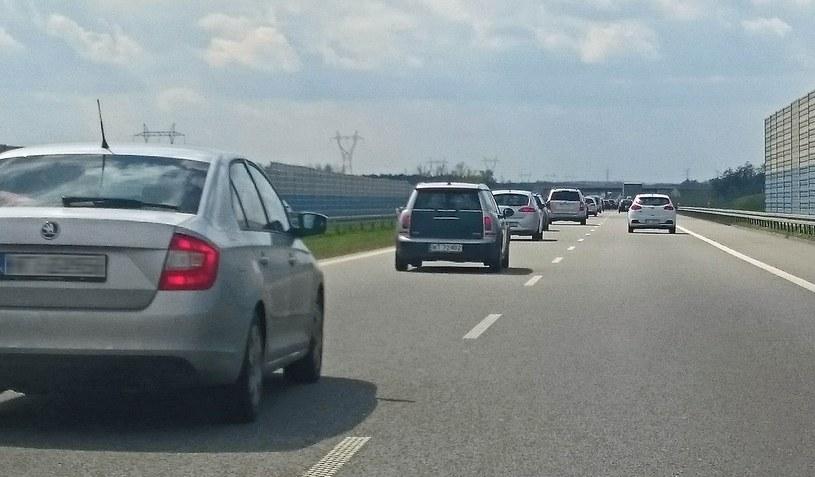 Typowy widok na polskiej drodze - większość aut na lewym pasie /
