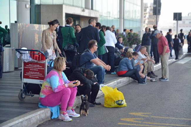 Tysiąca osób koczują na lotnisku /TELENEWS    /PAP/EPA