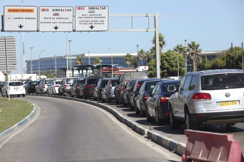 Tysiące kierowców i pasażerów czekało, by przedostać się przez granicę /PAP/EPA