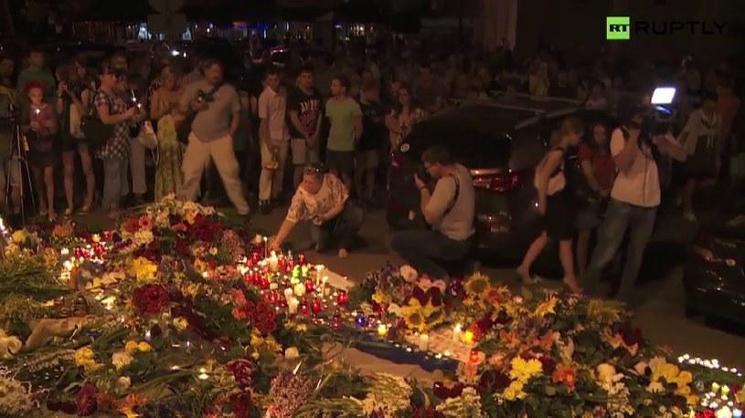 Tysiące kwiatów i zniczy pod ambasadą Holandii w Kijowie /TVN24/x-news