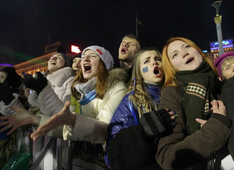 Tysiące ludzi zebrały się w sobotni wieczór na kijowskim Majdanie /PAP/EPA
