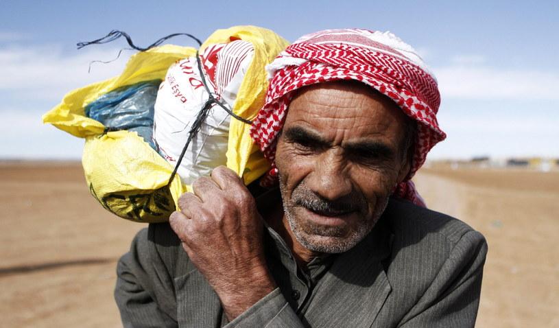 """""""Tysiące syryjskich uchodźców napływają do Europy, średnio dziesięć tysięcy osób miesięcznie"""" /PAP/EPA"""