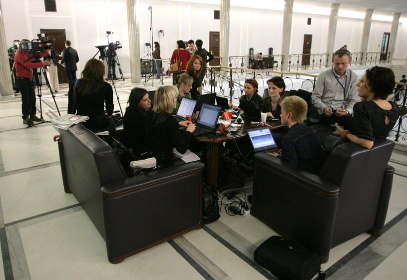 Tzw. stolik dziennikarski, miejsce gdzie dotychczas pracowali dziennikarze w Sejmie /Maszewski/Reporter /East News
