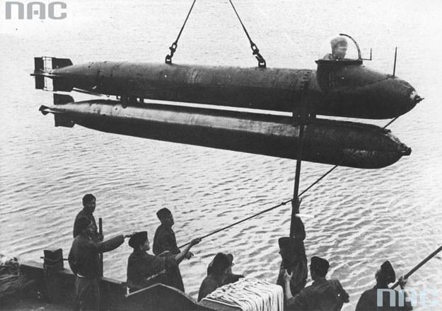 Tzw. żywe torpedy wykorzystywane były przez Niemców. Na zdjęciu moment wodowania Torpedo Neger w 1944 roku /Z archiwum Narodowego Archiwum Cyfrowego