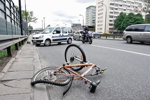 Ubezpieczenie OC dla rowerzystów jest nieobowiązkowe. Wiele firm jednak oferuje ubezpieczenia OC dla cyklistów, a także następstw nieszczęśliwych wypadków (NNW), assistance, a nawet AC. Roczną polisę można kupić już za około 50 zł. /Motor