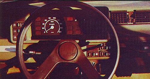 Ubogo wyposażona tablica rozdzielcza: tylko wskaźnik prędkościomierza i poziomu paliwa. /Motor