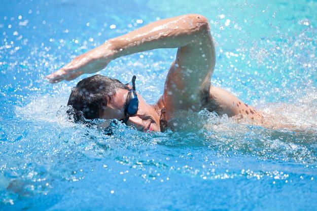 Ucho pływaka to dość częsta przypadłość wśród osób często uprawiających sporty wodne /123/RF PICSEL