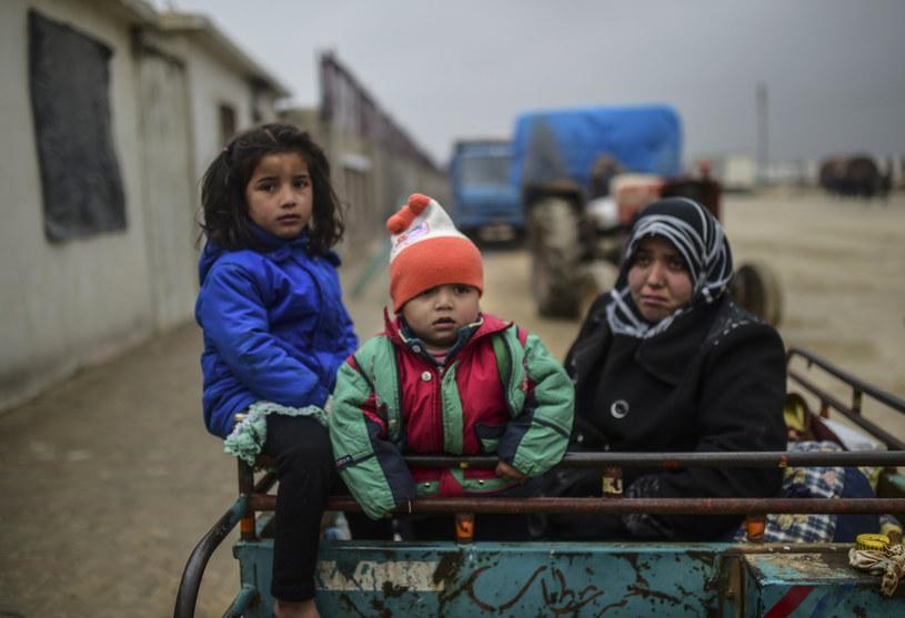 Uchodźcy z Aleppo - musieli uciekać, bo ich miasto opanowali dźihadyści /BULENT KILIC / AFP /AFP