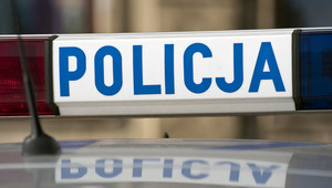 Uciekali samochodem przed policją, cztery osoby ranne