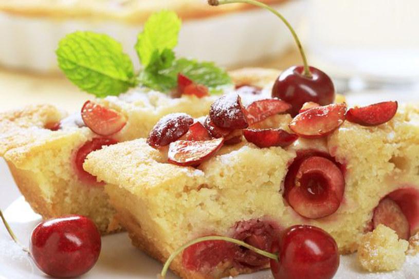 Ucierane ciasto z czereśniami /©123RF/PICSEL