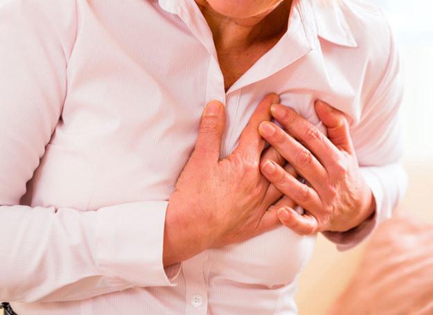 Ucisk w klatce piersiowej, arytmia, zasłabniecia. To tylko kilka objawów choroby serca /©123RF/PICSEL