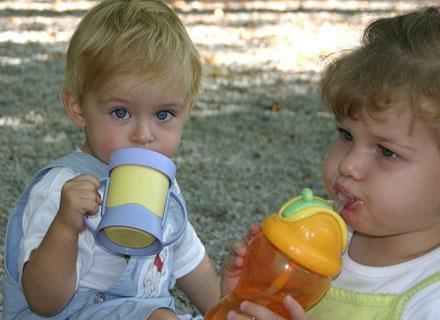 Uczenie malca picia z butelki to rozwiązanie na krótką metę /© Panthermedia
