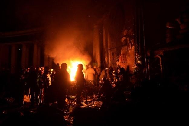 Uczestnicy antyrządowych protestów gromadzą się wokół ognia, żeby się ogrzać /AFP