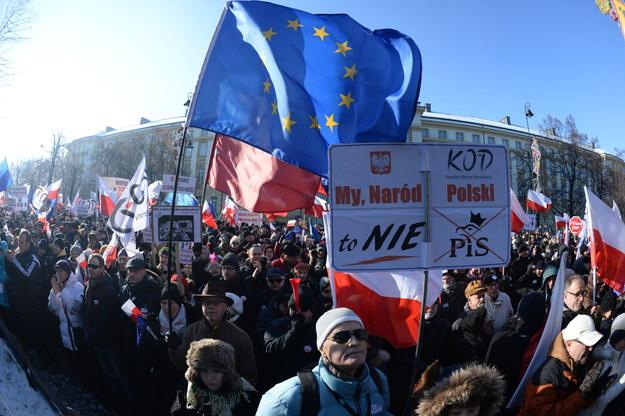 Uczestnicy demonstracji KOD przed Kancelarią Premiera /Jacek Turczyk /PAP