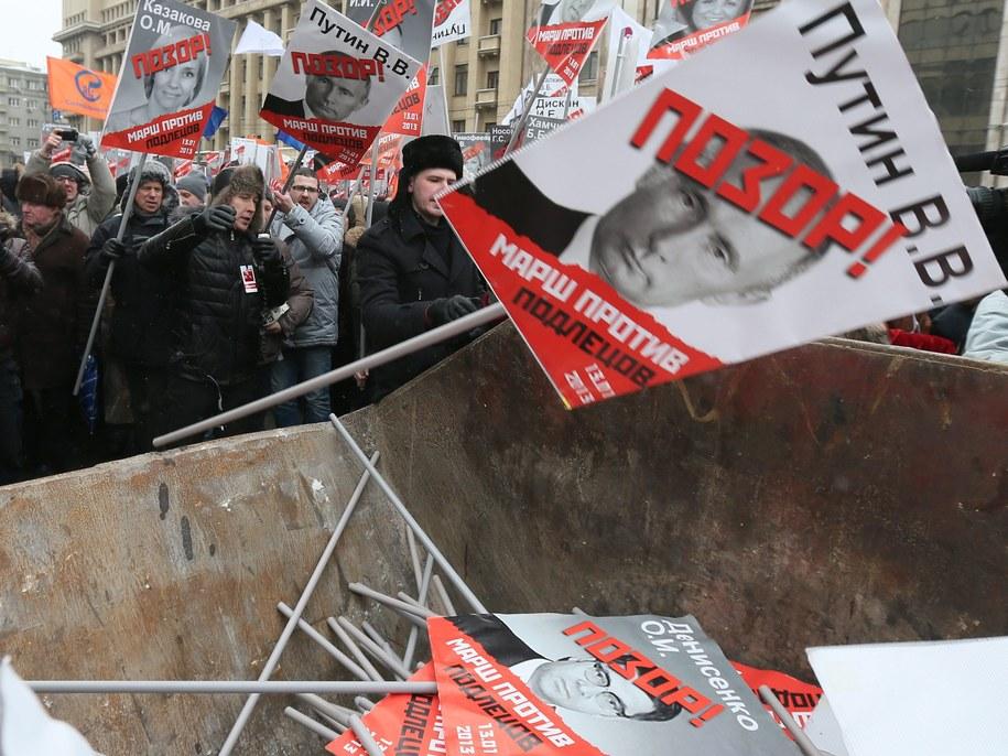 Uczestnicy demonstracji protestują przeciwko tzw. ustawie Heroda /Sergei Ilnitsky /PAP/EPA