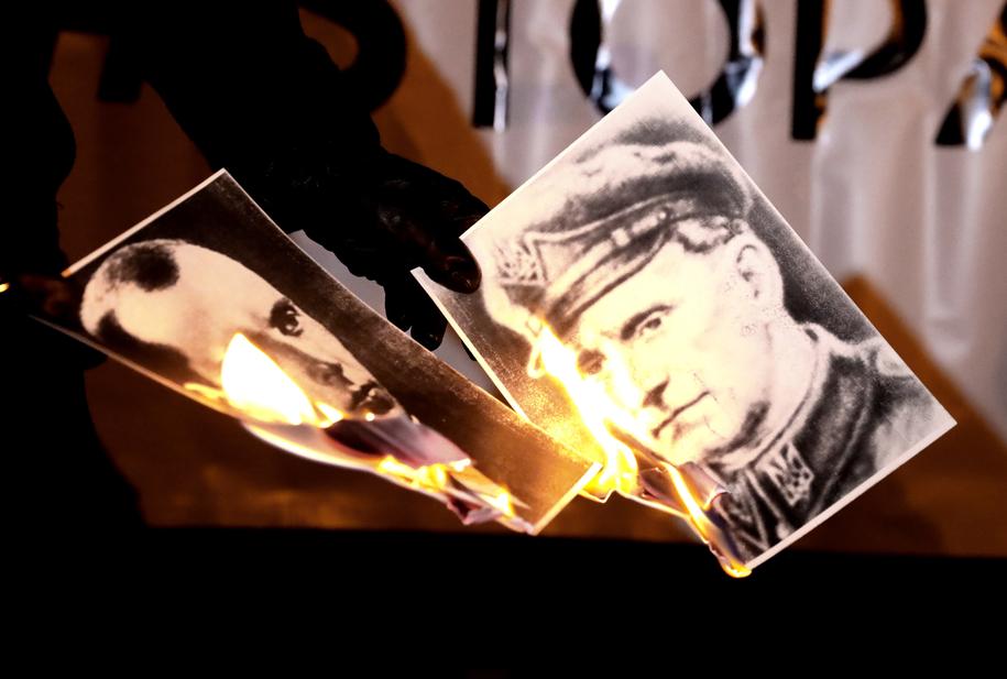 Манифестация националистов перед посольством Украины. Были сожжены изображения Бандеры и Шухевича